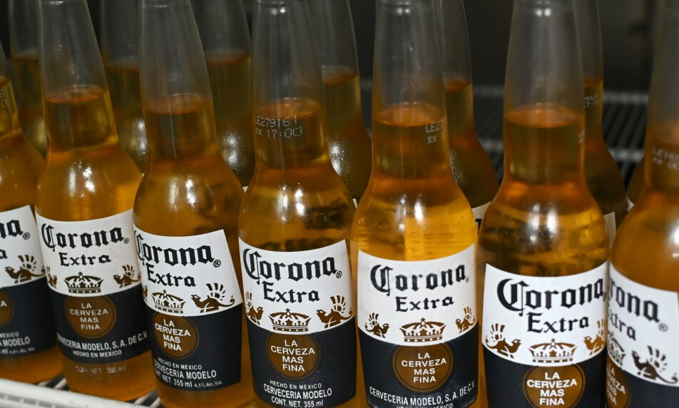 <strong>SVARTMALT:</strong> Navnelikheten til Coronaaviruset har skapt hodebry for selskapet bak ølmerket Corona. Nå rykker produsenten ut for å avklare situasjonen. Foto: NTB Scanpix