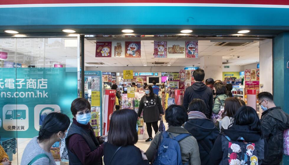 <strong>VOLDSOM ETTERSPØRSEL:</strong> Kundene flokker til apotekene for å kjøpe munnbind etter utbruddet av coronaviruset - men det er nesten ikke å oppdrive. Foto: NTB Scanpix