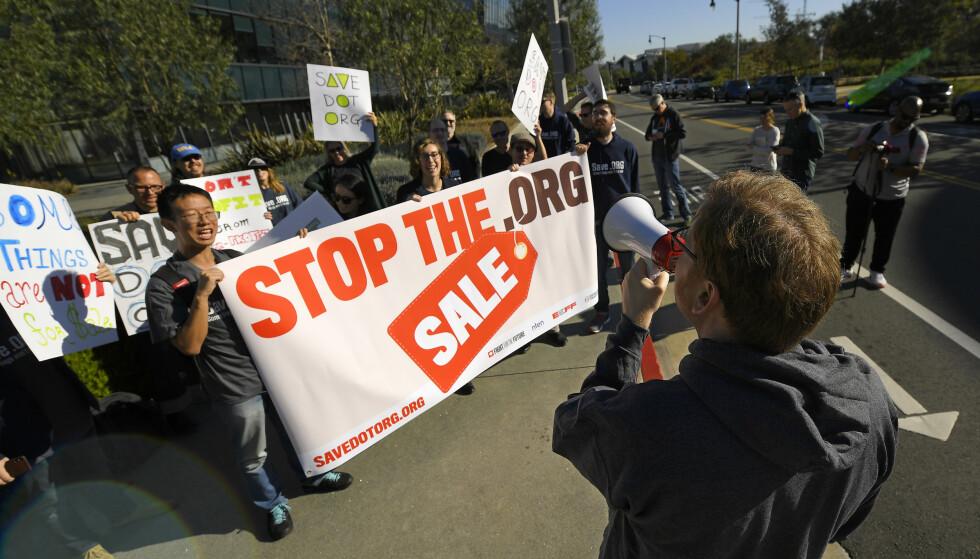 DEMONSTRERER: Forrige fredag møtte et titalls demonstranter opp utenfor hovedkontoret til ICANN i Los Angeles. Foto: Mark J. Terrill / AP / NTB Scanpix