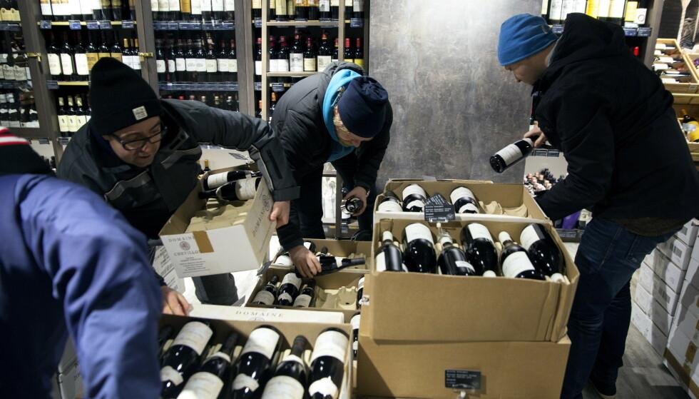 STOR INTERESSE: Det fort unna når Vinmonopolet åpner butikkene for sitt Burgund-slipp på torsdag. Her fra 2017, da vinentusiaster kastet seg over flaskene på Aker Brygge.    Foto: Ole Berg-Rusten/ NTB Scanpix Foto: Ole Berg-Rusten / NTB Scanpix