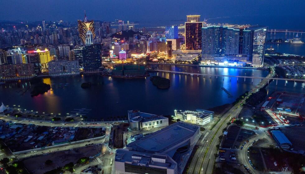 STENGES: Kasinoene i gamblingbyen Macau er blant dem som rammes økonomisk av coronaviruset. Kasinoene skal holde steng ut to uker for å begrense smitte. Foto: Philip Fong / AFP / NTB Scanpix