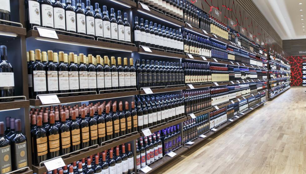 BESTÅR: Taxfree-salgene består som en del av vinsalget som ikke omfattes av Vinmonopolet. Foto: Gorm Kallestad / NTB Scanpix