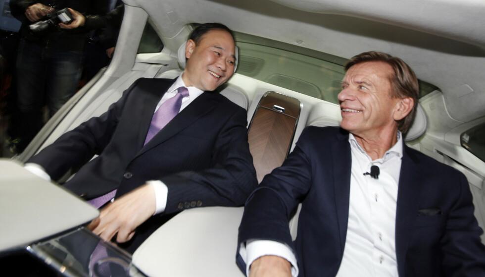 <strong>HELT SJEF:</strong> Li Shufu, styreleder i Zhejiang Geely Holdings, og HÅkan Samuelsson, administrerende direktør i Volvo Cars, vurderer å slå sammen selskapene Volvo og Geely for å skape en global gigant. Foto: AP / NTB Scanpix