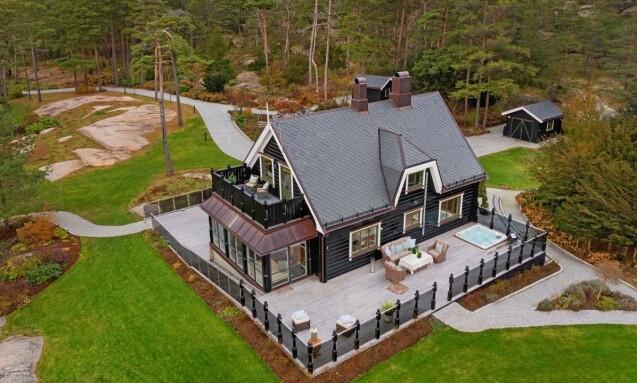 <strong>FORELØPIG INGEN BUD:</strong> Milliardær Tore Tidemandsen la ut denne eiendommen for salg i november fjor. Foto: Etcetera