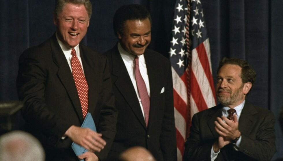 TETT PÅ PRESIDENTEN: Robert Reich (til høyre), her avbildet sammen med daværende president i USA Bill Clinton og handelsminister Ron Brown i 1993. Foto: Charles Bennett / AP / NTB Scanpix