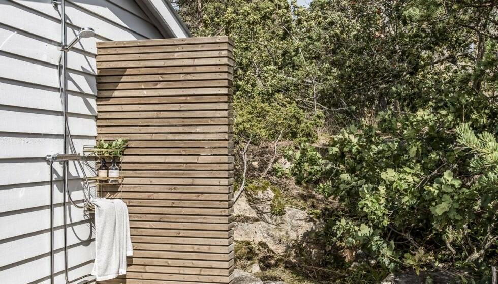 <strong>I BLANKE MESSINGEN:</strong> Foruten svømmebasseng og boblebad, byr eiendommen på en utendørsdusj. Foto: Inviso