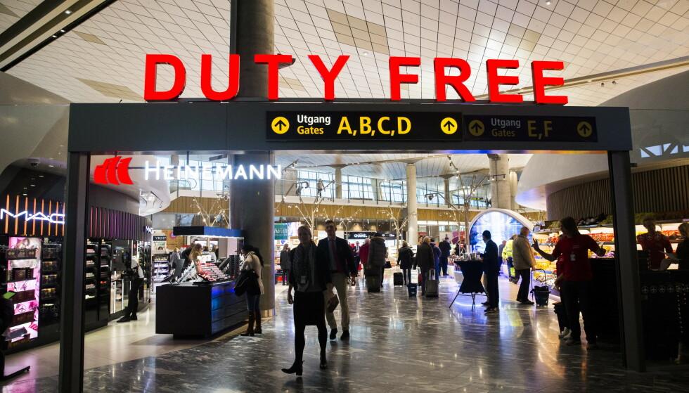 VEKKER REAKSJONER: Et utvalg foreslår å fjerne taxfree-ordningen. Her fra taxfree-butikkene på Oslo Lufthavn på Gardermoen. Foto: Berit Roald / NTB