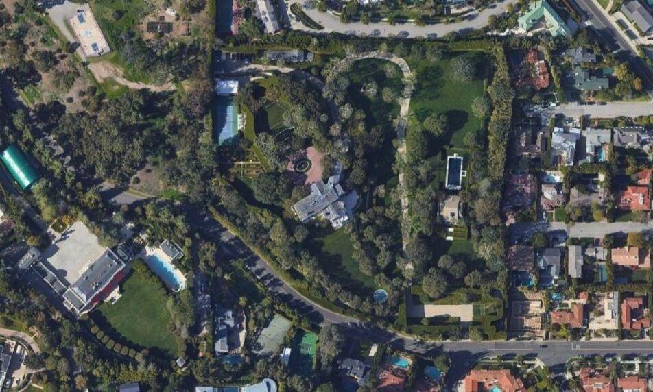 REKORDKJØP: Boligen i midten av bildet er hovedboligen på eiendommen Jeff Bezos ifølge Wall Street Journal har kjøpt for omkring 1,5 milliarder kroner. Foto: Google