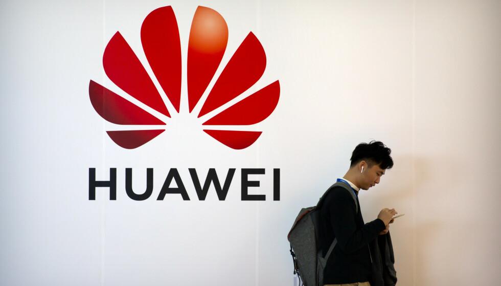 NYE ANKLAGER: Amerikanske påtalemyndigheter anklager den kinesiske telegiganten for å ha stjålet handelshemmeligheter og for å ha hjulpet Iran med å spore demonstranter. Foto: Mark Schiefelbein / AP / NTB scanpix