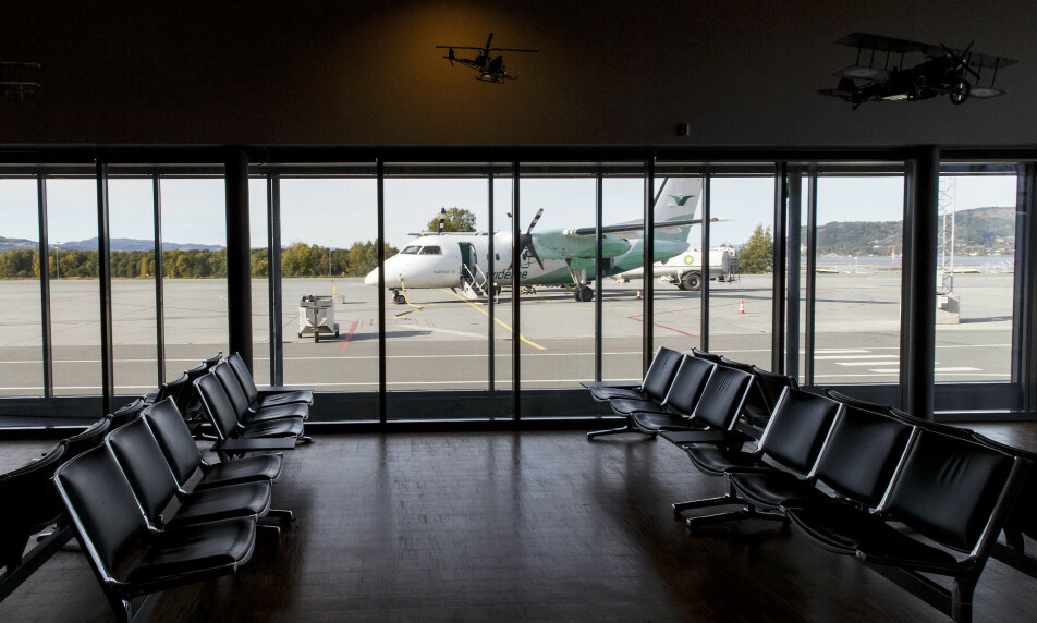KUTTER: Flyselskapet Widerøe kutter 15 prosent av de kommersielle flygningene sine i kortbanenettet. Totalt kuttes 4.000 avganger i året. Bildet viser et Widerøe-fly utenfor ankomsthallen på Værnes lufthavn.  Foto: Gorm Kallestad / NTB scanpix