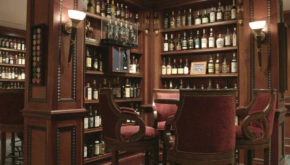 SKATTKAMMERET: Richard Gooding samlet på whisky i to tiår. Nå har første del av samlingen gått under hammeren. Foto: Whisky Auctioneer