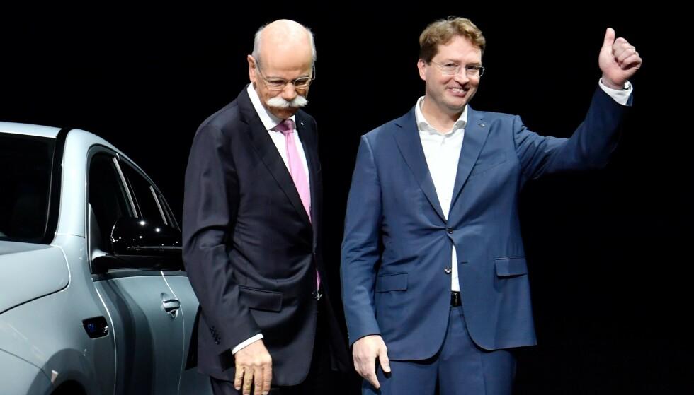 ARVTAKER: Dieter Zetsche avbildet sammen med sin svenske arvtaker i jobben som Mercedes-sjef og styreleder i Daimler, Ola Källenius, i mai i fjor. Foto: John MacDougall / AFP / NTB Scanpix