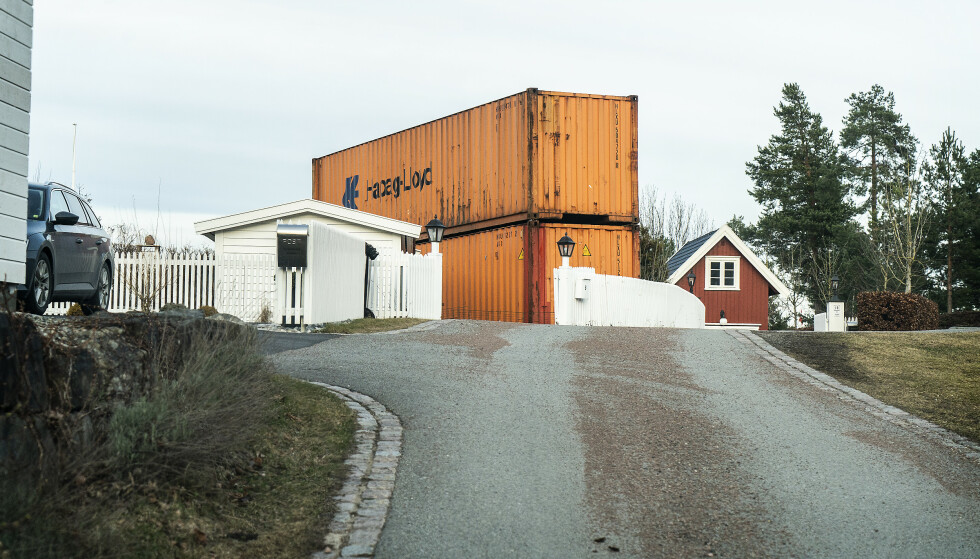 SKAL SPERRE FOR STRÅLING: Disse to containerne skal sperre for stråling fra ei mobilmast på Kjell Inge Røkkes eiendom. Foto: Hans Arne Vedlog