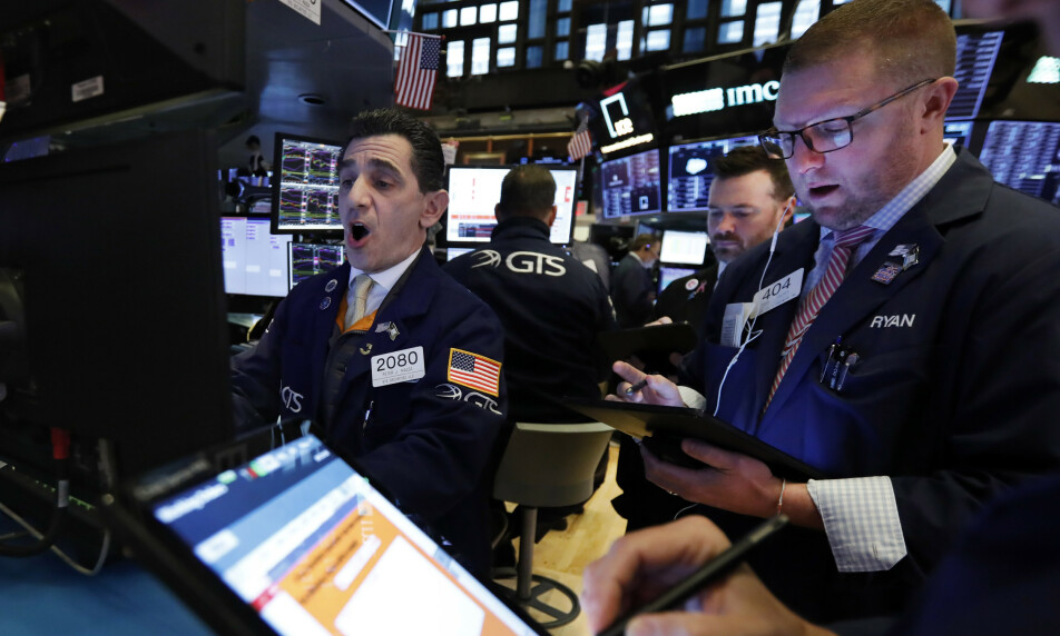 HEKTISK: Det var hektisk stemning på New York-børsen mandag. Foto: AP / NTB scanpix