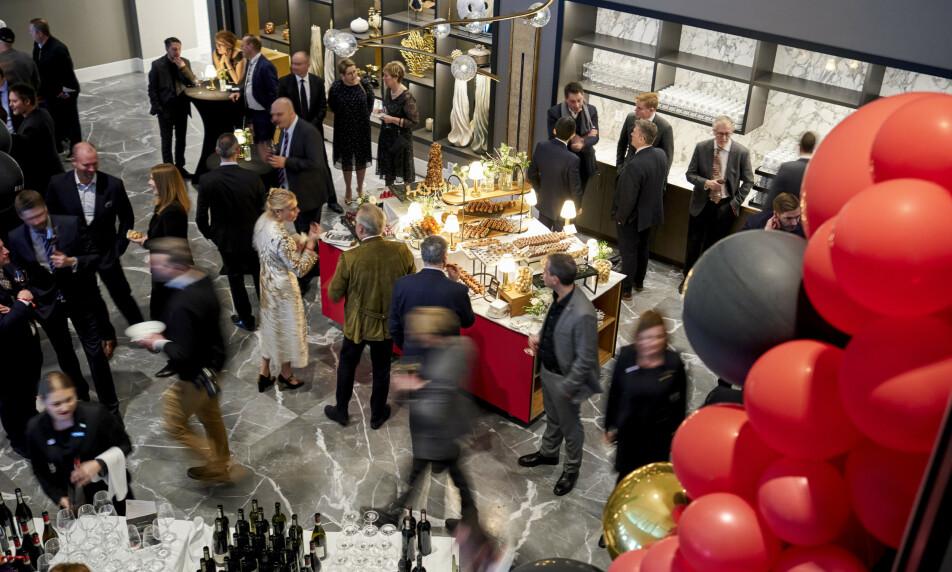 STJERNEDRYSS: Flere norske restauranter ble belønnet med Michelin-stjerne og det nye bærekraft-kløveret under utdelingen i Trondheim forrige uke. Her fra etterfesten på Britannia. Foto: Ole Martin Wold / NTB scanpix