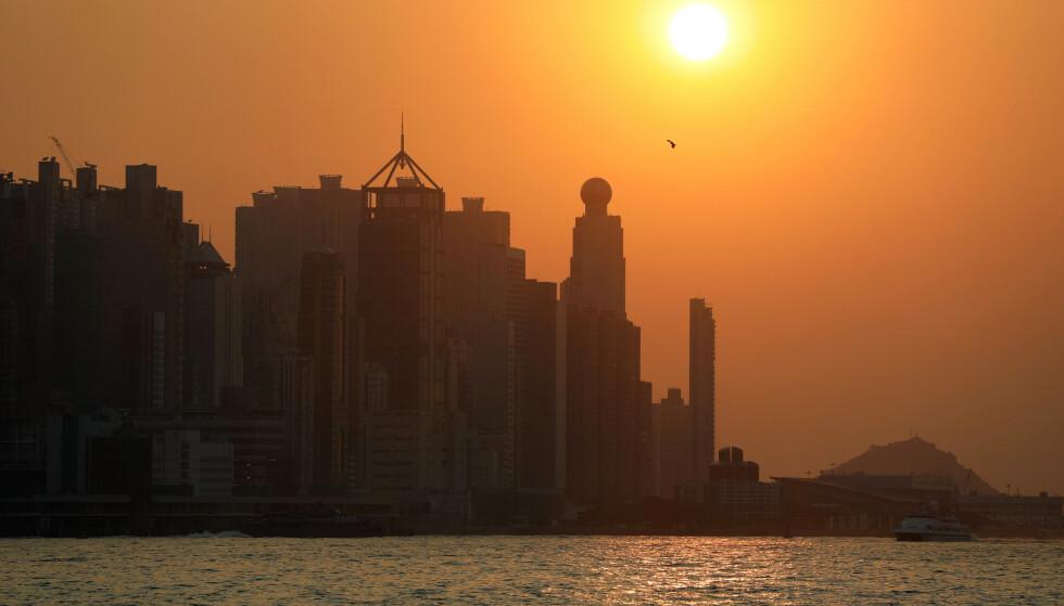 PENGEDRYSS: Innbyggerne i Hongkong kan glede seg over en ekstra pengegave fra myndighetene for å få opp forbruket i kjølvannet av coronaviruset og opptøyene som preget byen i fjor. Foto: Ammar Awad / Reuters / NTB Scanpix