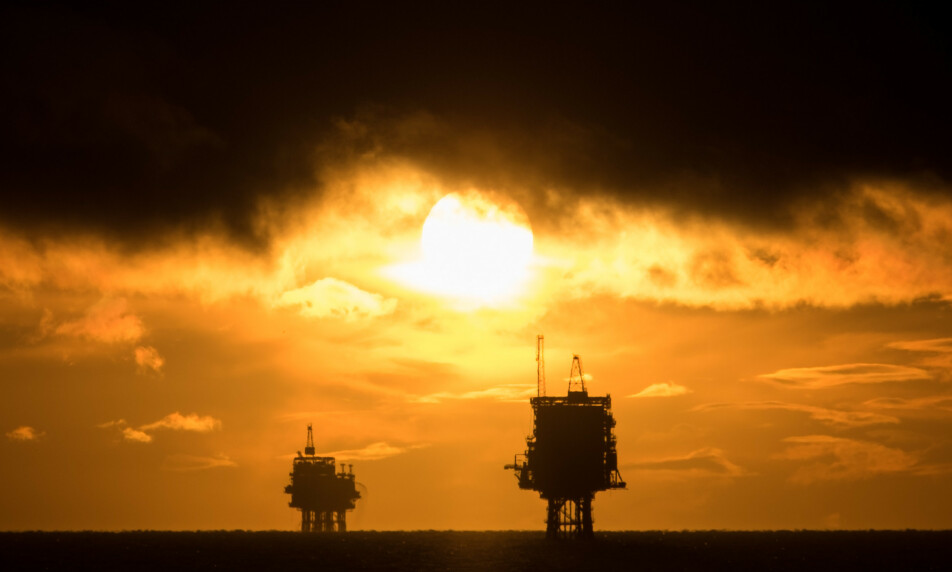 RASER NEDOVER: Oljeprisen raser nedover på samme måte som børsene verden over. Foto: Rob Arnold / Lnp / REX