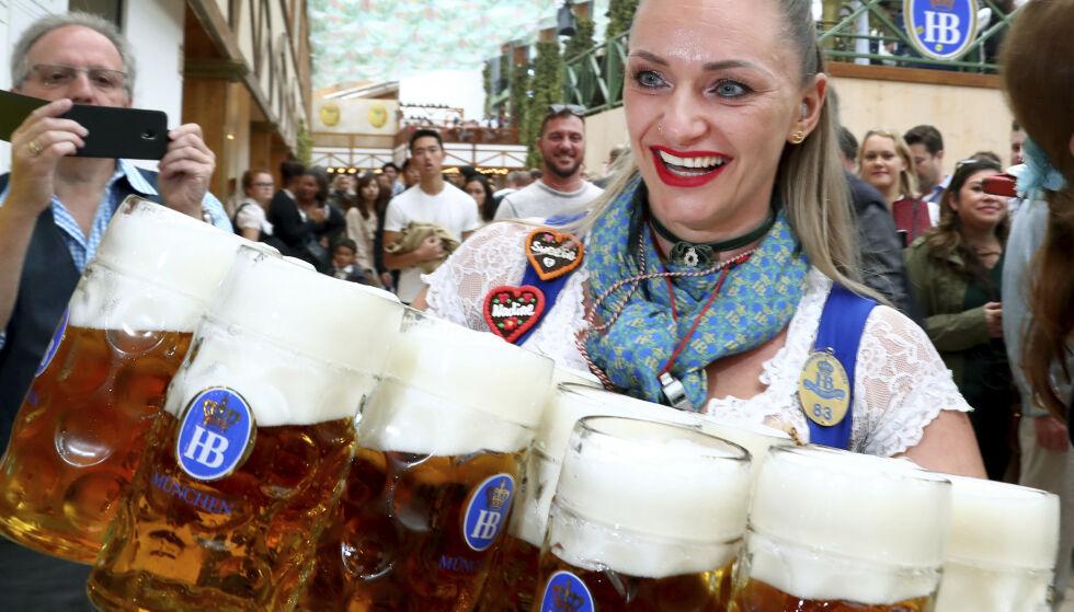 DRIKKER MER: Nordmenn drakk mer alkohol i 2019 enn året før. Foto: Matthias Schrader / AP / NTB Scanpix