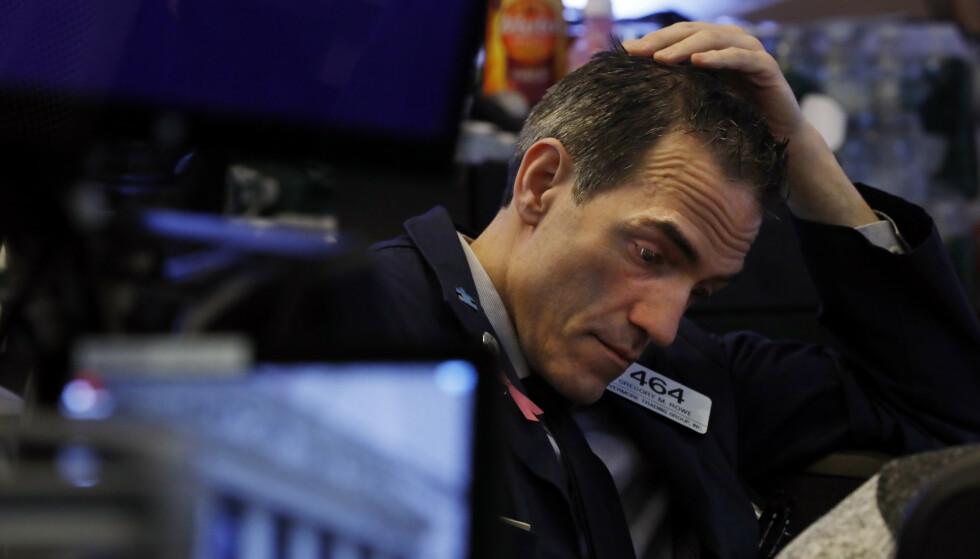 <strong>BETENKT:</strong> Trader Gregory Rowe i minuttene før handelen åpnet på Wall Street mandag. Foto: NTB scanpix / AP / Richard Drew