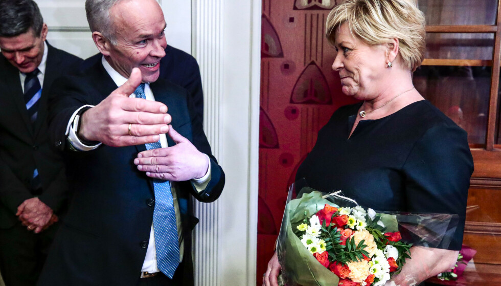 KREVER TILTAK: Frp-leder Siv Jensen overleverte nøkkelen til finansministerens kontor til Høyres Jan Tore Sanner i slutten av januar. Nå krever hun at etterfølgere kommer på banen med tiltak mot koronakrisen. Arkivfoto: Lise Åserud / NTB scanpix