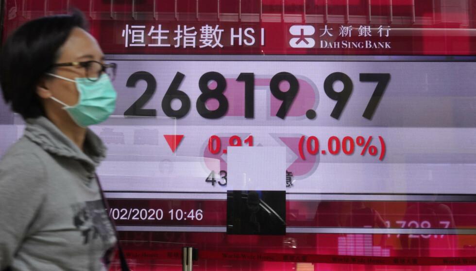 NEDGANG: Det var røde tall på Hongkong-børsene også onsdag. Arkivfoto: Vincent Yu / AP / NTB scanpix