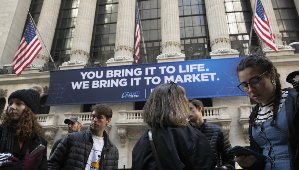 NYTT BØRSFALL: Folk samlet utenfor New York-børsen mandag. Foto: Mark Lennihan / AP / NTB scanpix