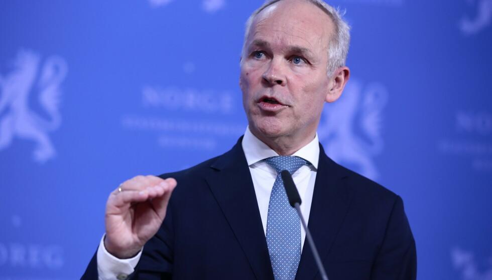 KLAR MELDING: Finansminister Jan Tore Sanner letter på kravene til bankene, og advarer mot å bruke pengene på bonusfest. Foto: Lise Åserud / NTB scanpix