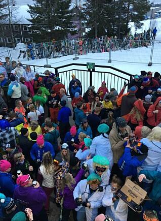 SISTE AFTERSKI MED GJENGEN: Fra lørdagstreffet på afterski i og utenfor Laaven i Trysil sist lørdag. Foto: Angelica Hagen