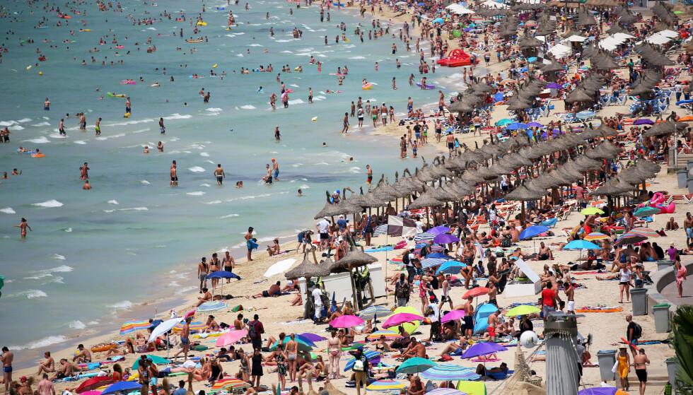 HJEM: Reiseselskapene henter nå sine kunder hjem fra blant annet Mallorca som dette bildet viser. Foto: Enrique Calvo / Reuters / NTB Scanpix