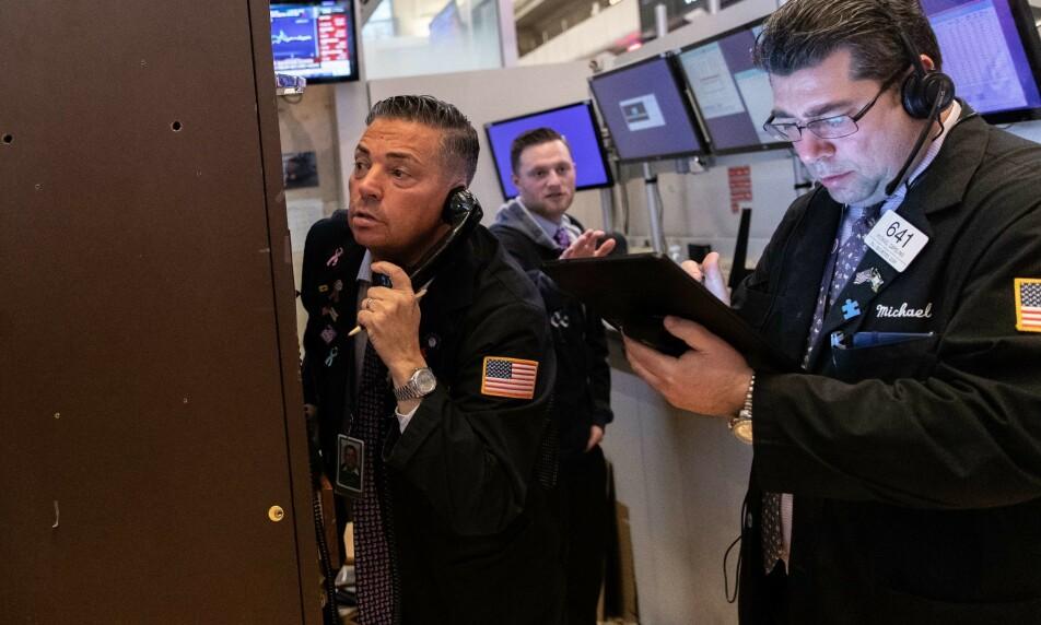 STUPTE: New York-børsene stupte mandag, og den industritunge Dow Jones-indeksen falt med 12,9 prosent, den største nedgangen på en dag siden 1987. Foto: Jeenah Moon/Getty Images/AFP