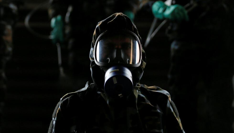 ADVARER: FN advarer om at verdens arbeidere kan miste opptil 35 000 milliarder kroner i inntekter som følge av coronapandemien. Bildet viser en mann som jobber med å desinfisere en togstasjon på Sri Lanka March. Foto: Dinuka Liyanawatte  / Reuters / NTB Scanpix