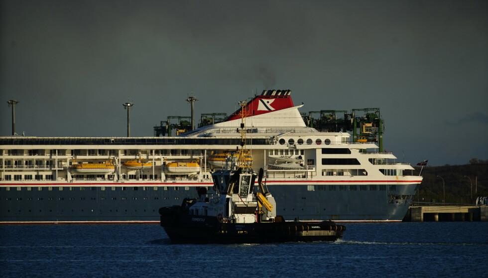 TIL KAI: Skipet MS Braemar hadde 682 passasjerer og 381 mannskaper om bord da det la til kai på Cuba. Foto Ramon Espinosa / AP / NTB scanpix