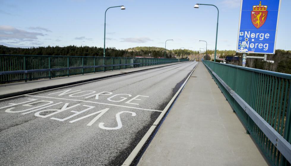 FRYKTER KØ-KAOS: Bildet viser grenseovergangen på den gamle Svinesundbrua mellom Norge og Sverige. Til helga ventes det en kraftig økning i trafikken her, og flere frykter lange køer. Foto: Vidar Ruud / NTB