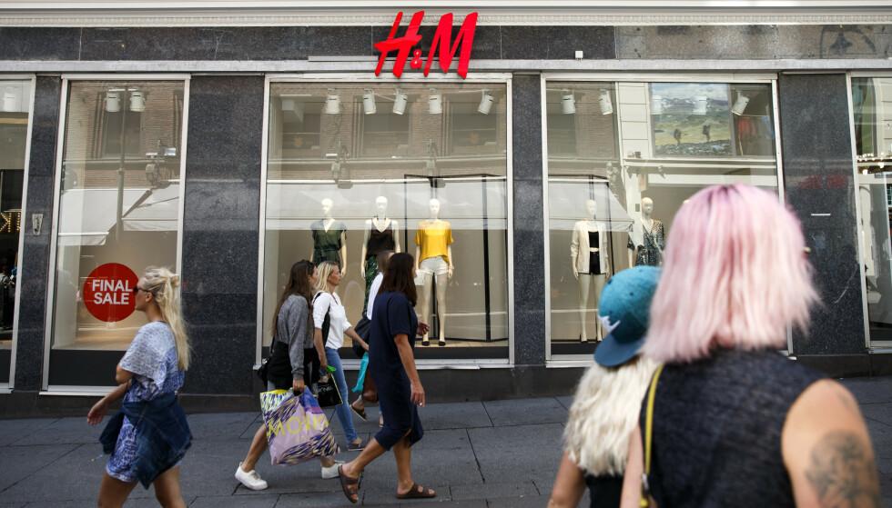 RAMMES: Kleskjeden H&M rammes også av coronaviruset, og permitterer nå 2000 ansatte. Foto: Berit Roald / NTB scanpix