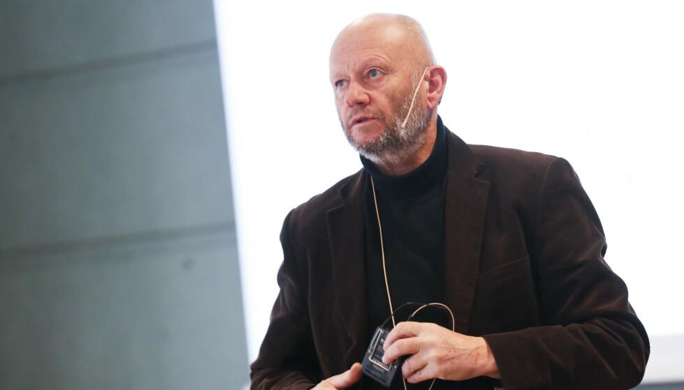 VIL HA SLUTT PÅ LOKALE REGLER: Administrerende direktør Stein Lier-Hansen i Norsk Industri på pressekonferansen tirsdag. Han vil ha slutt på at lokale karanteneregler hindrer bedrifter å få inn eksperter. Foto: Terje Bendiksby / NTB scanpix