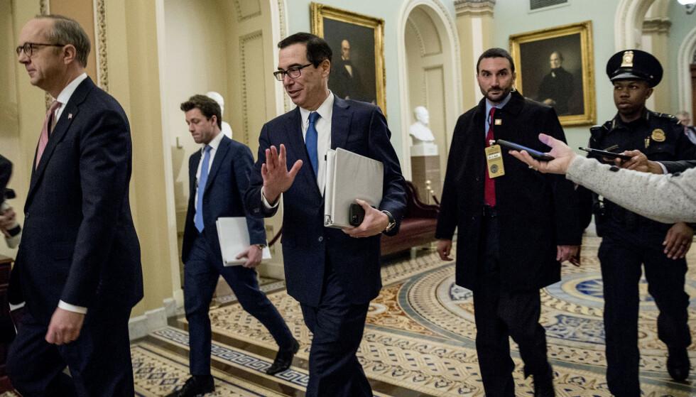 FORHANDLER: USAs finansminister Steven Mnuchin (i midten) på vei inn til et møte i Kongressen. Foto: Andrew Harnik / AP / NTB scanpix