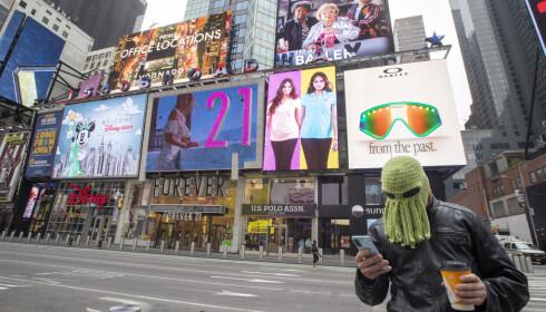 FOLKETOMT: Vanligvis så folksomme Times Square i New York var nærmest skrapet for folk onsdag. Foto: Mary Altaffer / AP / NTB Scanpix