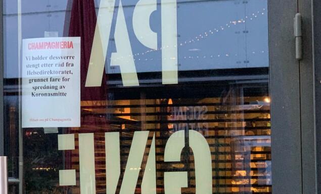 <strong>MÅTTE STENGE:</strong> Ved inngangen til Champagneria i Mathallen informeres det om at serveringsstedet nå er stengt grunnet fare for spredning av coronasmitte. Nå er det klart at dørene aldri vil åpnes igjen. Foto: Nicolai Eriksen / Børsen