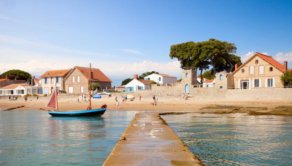 FLOKKET TIL ØYA: Over natta hadde innbyggertallet på den franske paradisøya Noirmoutier nær doblet seg til 20 000. Det vekket et voldsomt sinne hos deler av lokalbefolkningen. Foto: Shutterstock / NTB Scanpix