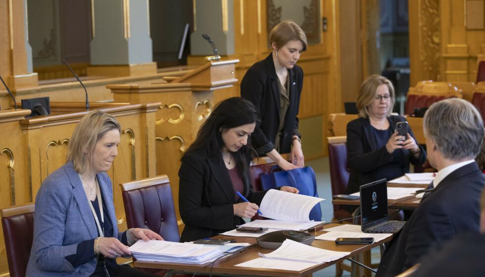 KRISEPAKKER: Hadja Tajik (Ap), Sylvi Listhaug (Frp) og Kari Elisabeth Kaski (SV) - tre av hovedpersonene i «firerbanden» i møte i finanskomiteen. Foto: Terje Bendiksby / NTB