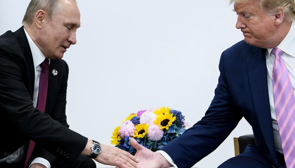 <strong>USA RAMMES HARDT:</strong> President Donald Trumps USA er blant landene som blir hardest rammet av oljeprisfall og oljelagre som snart er fulle. Her i et møte med Russlands Vladimir Putin under G20-møtet i Osaka i juni i fjor. Foto: NTB Scanpix/Brendan Smialowski/AFP
