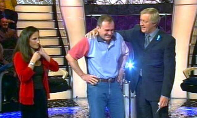 <strong>SEIERSGLIS:</strong> Her har Charles Ingram akkurat fått vite at han har vunnet en million pund. Lykken skulle bli kortvarig. Foto: NTB Scanpix