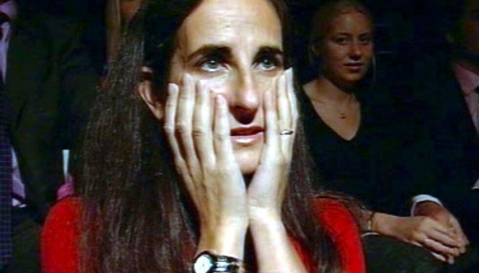 <strong>TILSYNELATENDE SPENT:</strong> Charles Ingrams kone, Diana, avbildet blant publikum under innspillingen av episoden hvor hennes mann stakk av med toppgevinsten. Foto: NTB Scanpix