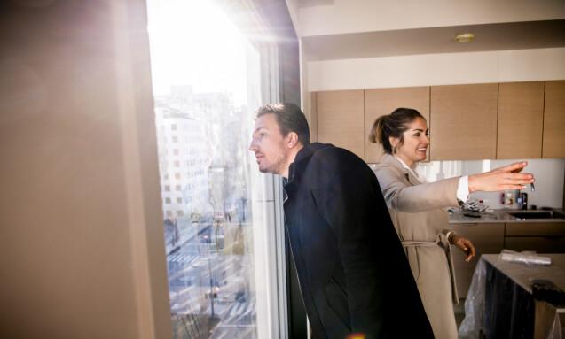 <strong>ØYE FOR DETALJER:</strong> Dette vinduet var årsaken til at paret falt hodestups for leiligheten. Forrige uke la håndtverkerne siste finpuss på verket den toppmoderne boligen. Foto: Lars Eivind Bones / Dagbladet