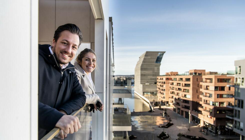 <strong>UTSIKT:</strong> Houeland og Solberg ser fram til å nyte en kopp kaffe på balkongen. I bakgrunnen ser man blant annet det nye Munchmuseet. Foto: Lars Eivind Bones / Dagbladet