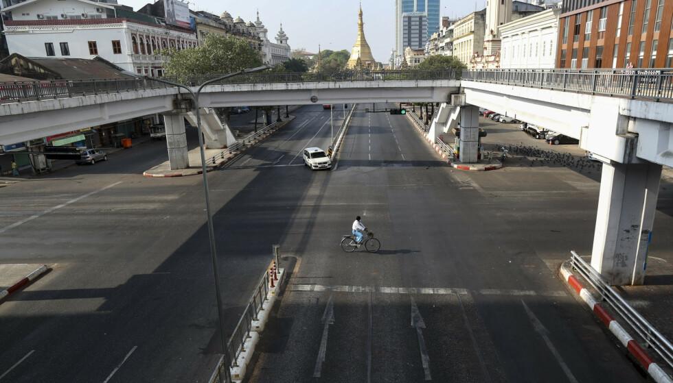 STOPP: Nesten tomme gater i Yangon i Myanmar som følge av tiltakene mot koronaviruset tirsdag 14. april. Foto: Thein Zaw / AP / NTB Scanpix