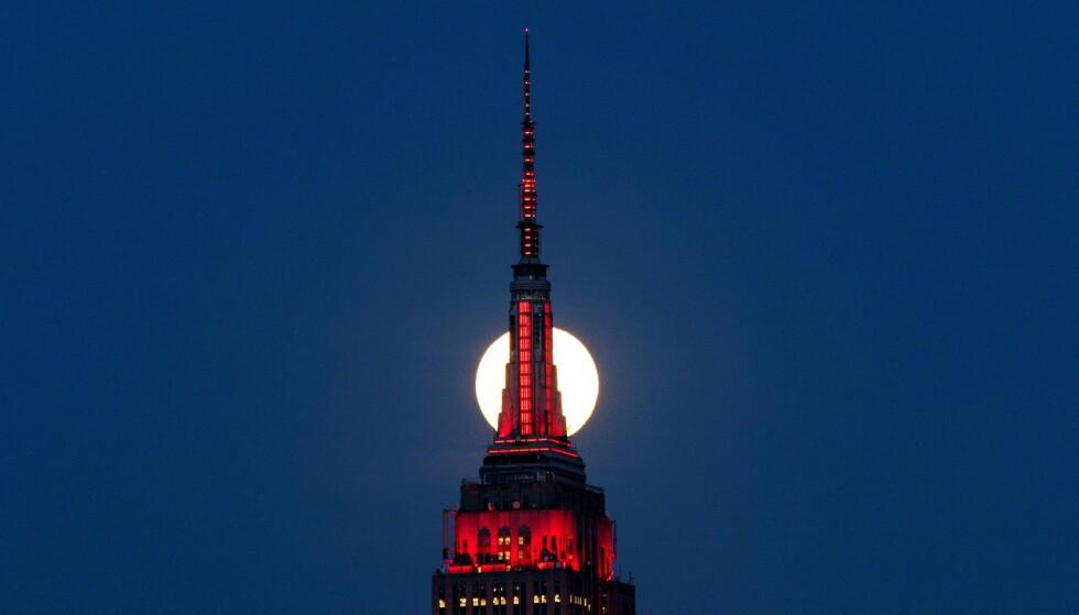 <strong>UROVEKKENDE:</strong> Antallet amerikanere som søker om arbeidsledighetstrygd fortsetter å skyte i været. Bildet viser Empire State Building i New York som lyser rødt i solidaritet med alle som er smittet med coronaviruset. Foto: Eduardo Munoz / Reuters / NTB Scanpix