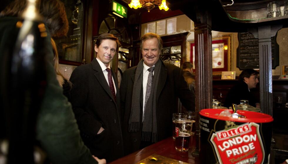 LONDON 2012: Etter en stressende dag med intevjuer med CNN og BBC nyter Bjørn Kjos og daværende finansdirektør Frode Foss en kald øl på en pub i London. Foto: istein Norum Monsen / DAGBLADET