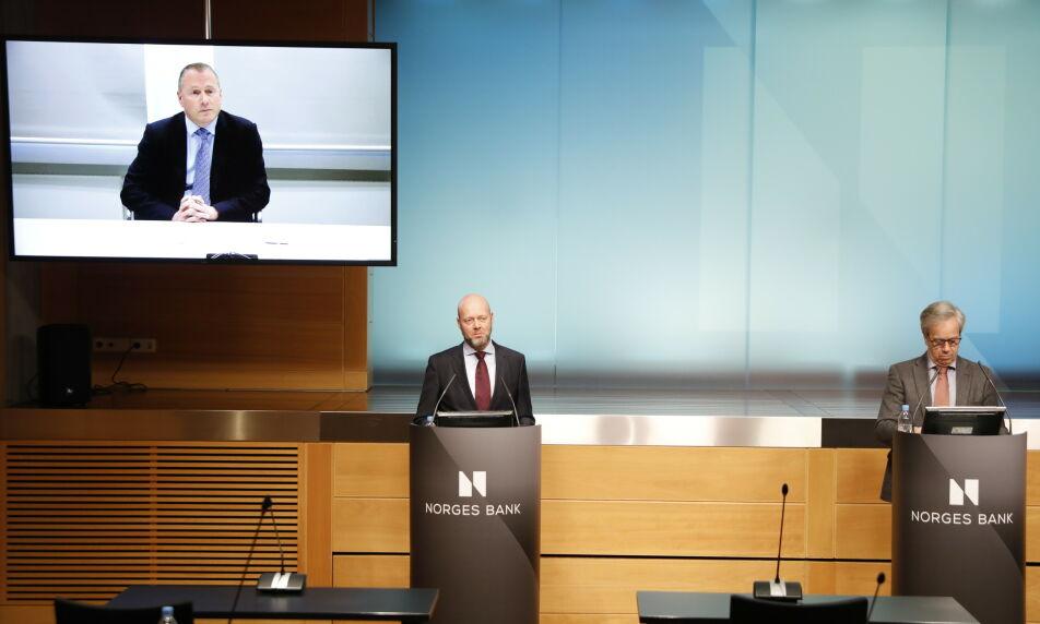PRESENTERT: Sentralbanksjef Øystein Olsen (t.h.) presenterer Nicolai Tangen (t.v.) som ny leder for oljefondet tidligere i år. I midten er nåværende sjef for oljefondet, Ynge Slyngstad. Foto: Ole Berg-Rusten / NTB scanpix