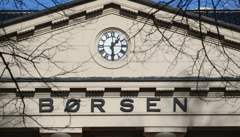 FALLER: Rødt for hovedindeksen på Oslo Børs etter historisk oljepriskollaps i går. Foto: Lise Åserud, NTB scanpix